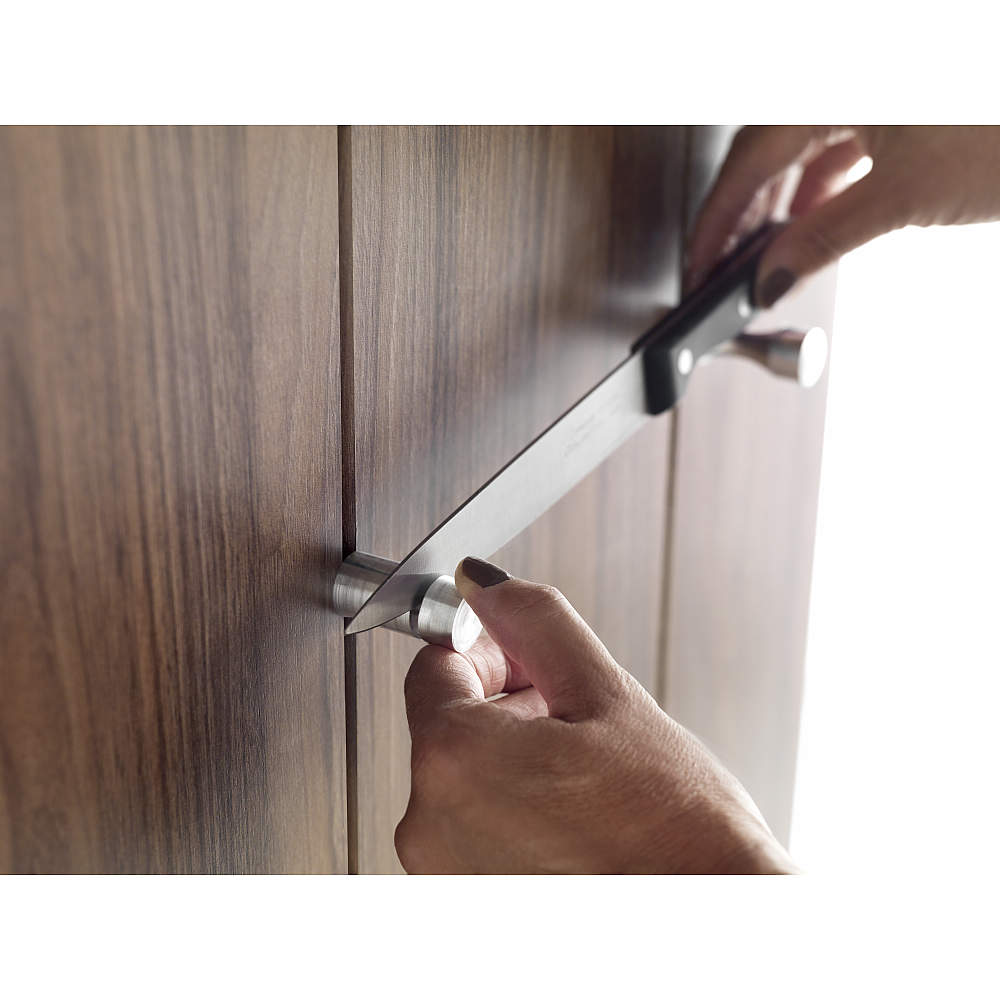 刃を固定する部分にバネが内蔵されており、しっかりと包丁を保持することができます。