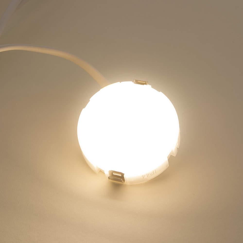 電球色です。